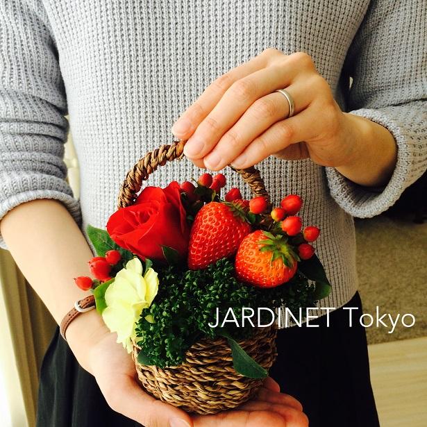 春の果物と花のバスケットアレンジ
